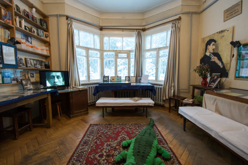 Guest room, Aleksandr Solzhenitsyn's table is by the window